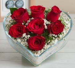 Kalp içerisinde 7 adet kırmızı gül  Giresun uluslararası çiçek gönderme