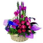 çikolata ve sepette çiçek   Giresun uluslararası çiçek gönderme