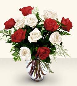 Giresun çiçek satışı  6 adet kirmizi 6 adet beyaz gül cam içerisinde