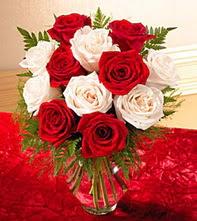 Giresun çiçek satışı  5 adet kirmizi 5 adet beyaz gül cam vazoda