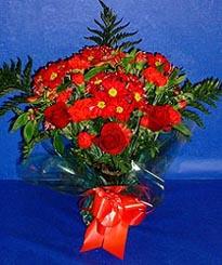 Giresun kaliteli taze ve ucuz çiçekler  3 adet kirmizi gül ve kir çiçekleri buketi