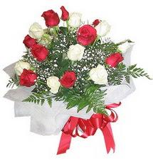Giresun çiçek servisi , çiçekçi adresleri  12 adet kirmizi ve beyaz güller buket