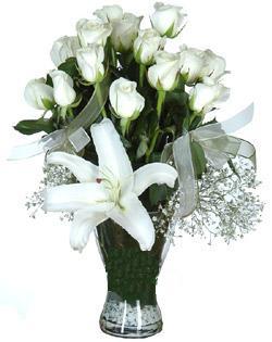 cam içerisinde 11 beyaz gül ve 1 kazablanka  Giresun yurtiçi ve yurtdışı çiçek siparişi