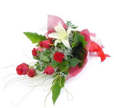 4 gül 3 adet mevsim çiçeginden buket