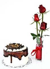 Giresun çiçek gönderme sitemiz güvenlidir  vazoda 3 adet kirmizi gül ve yaspasta