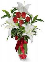 Giresun çiçek gönderme sitemiz güvenlidir  5 adet kirmizi gül ve 3 kandil kazablanka