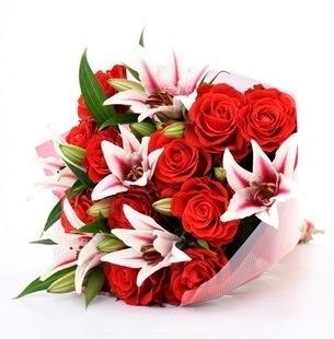Giresun çiçek gönderme sitemiz güvenlidir  3 dal kazablanka ve 11 adet kırmızı gül