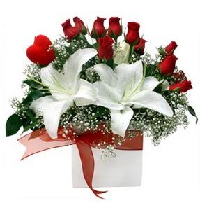 Giresun güvenli kaliteli hızlı çiçek  1 dal kazablanka 11 adet kırmızı gül vazosu
