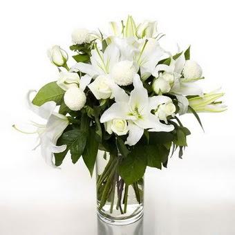 Giresun uluslararası çiçek gönderme  1 dal cazablanca 7 adet beyaz gül vazosu