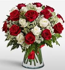 Vazoda 12 kırmızı 12 beyaz gül tanzimi  Giresun çiçek satışı