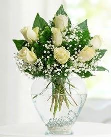 Cam içerisinde 7 adet beyaz gül  Giresun çiçekçi telefonları