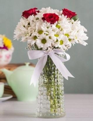 Papatya Ve Güllerin Uyumu camda  Giresun uluslararası çiçek gönderme